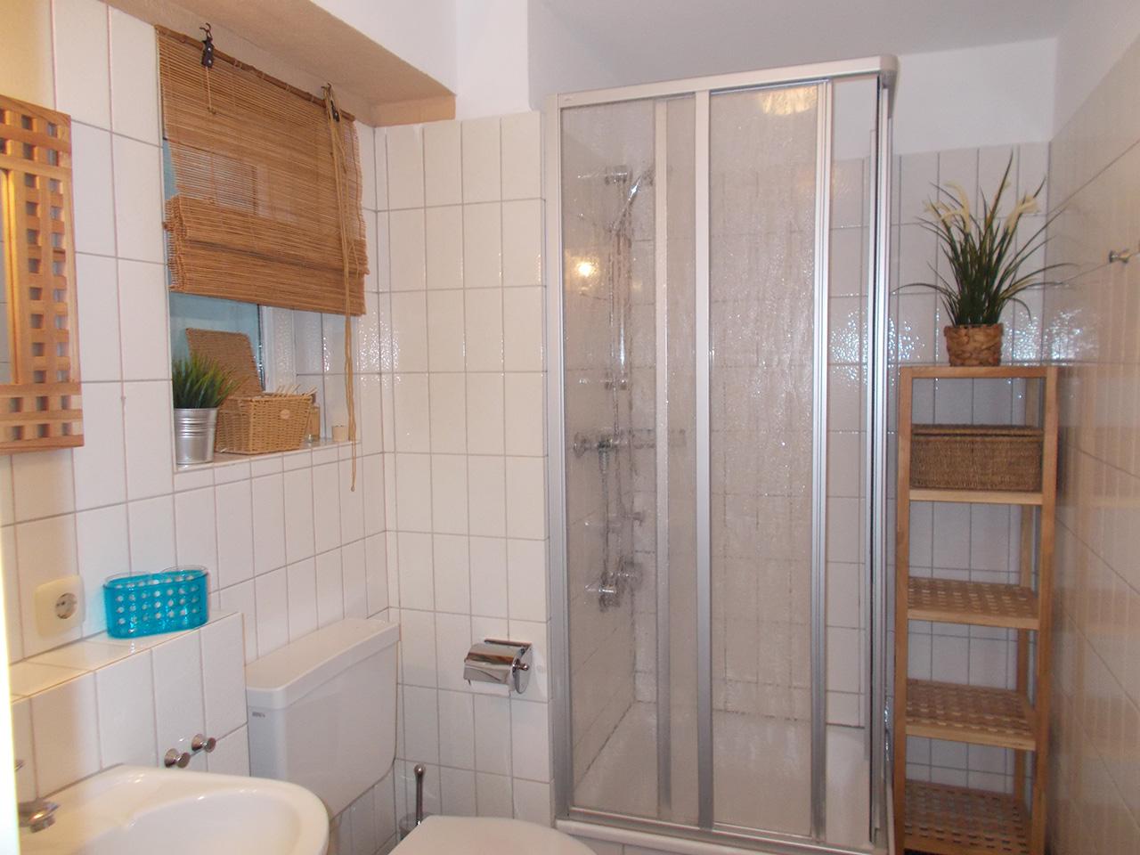 gaste wc mit dusche kosten waschbecken g ste wc tipps. Black Bedroom Furniture Sets. Home Design Ideas